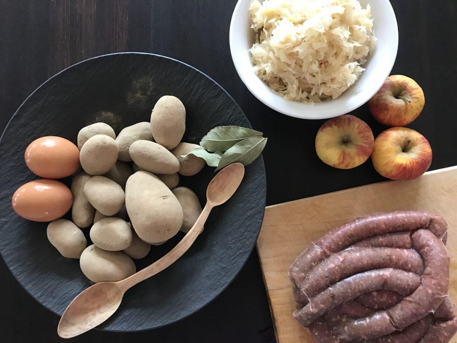Reiberdatschi mit Sauerkraut und Würstel